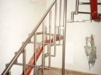 nerez schodiště,ocelová středová konstrukce, nerez madlo o40, svislá výplň o20
