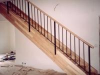 ocelové schodiště obložené dřevěm, ocelové zábradlí